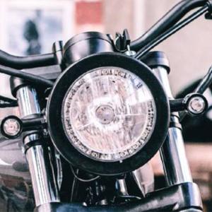 Cụm đèn pha sử dụng bóng Halogen và được tích hợp đèn chiếu sáng LED ban ngày